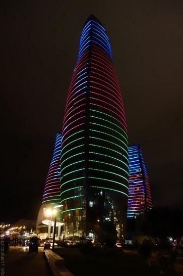 アゼルバイジャンの国旗でイルミネーションされたフレームタワーズ